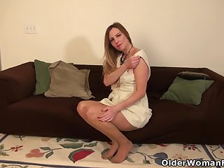 American milf Phoebe Waters works her pussy with fingers
