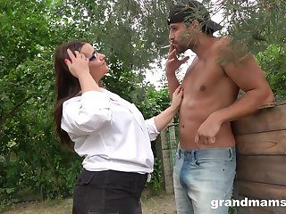 BBW is all about guy and his strong pecker in her mouth and cunt outside