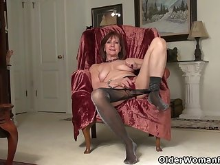 American gilf Penny gives her age-old pussy the finger tranquillizer