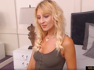 Hot Blonde Mom Undressing And Showing Their way Divest Body On Webcam