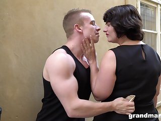 Fat bottomed cougar picks up a young man and gives him a great blowjob