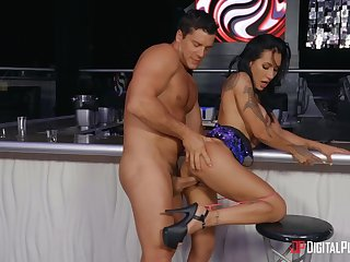 Sexual delight down at the bar be incumbent on this mesmerizing woman